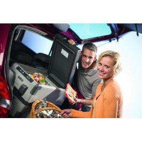 Ehepaar mit Autokuehlbox auf dem Sitz